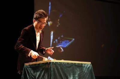 海归魔术师董亮:十指间幻化神奇