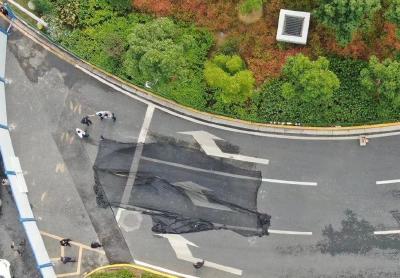 武汉光谷转盘附近路面塌陷:预计下午17时路段恢复通行