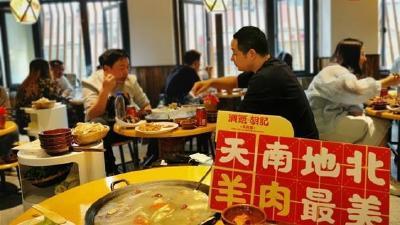 江城提前开启秋冬羊肉季,吃烫皮羊肉喝骨汤成最热养生吃法