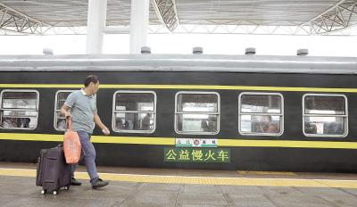 """两列""""慢火车""""穿行大别山区——""""便民火车""""24年不涨价"""
