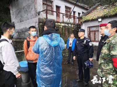 2名大学生被困千丈崖下 武当山景区紧急实施救援