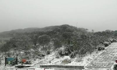 @湖北伢,神农顶为你送来入秋后的第一场雪!