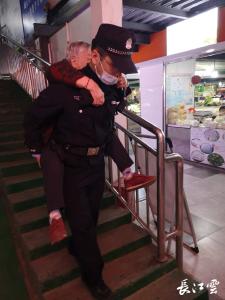 六旬老太上厕所摔倒 警察背起她回家!老太儿子:我都没背过一次母亲