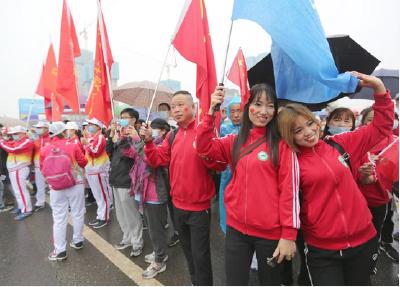 """真浪漫!武汉职工徒步大赛开赛 5000余名徒步爱好者""""雨中漫步"""""""