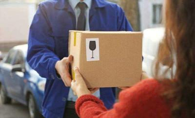 """超半数消费者要求""""送货上门""""被拒 快递最后一公里为何那么难?"""