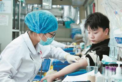 青春热血!不到两月,武汉万余名大学生献血近4吨