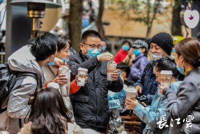 红火12月大幕开启 武汉街头人气十足