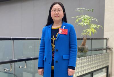 湖北省人大代表胡玉荣:为抗疫一线的青年志愿者点赞!