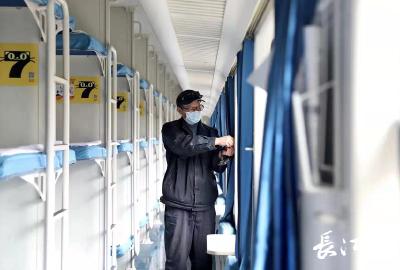 """春运第一天 """"列车医生""""坚守岗位护航旅客安全"""