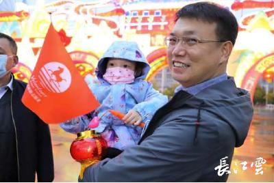 花灯深处有团圆,武汉文旅志愿者与抗疫医护家庭欢度元宵