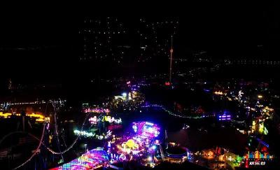 元宵佳节聚团圆 百盏无人机孔明灯绚丽升空点亮东湖夜空