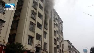 【消防救援现场】黄石:居民楼突发大火 消防员紧急扑救