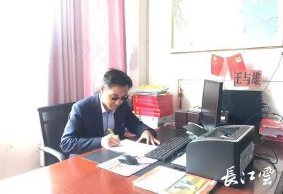 一身西风强筋骨 两度耕耘在雪域 ——记湖北省援藏教师王与雄