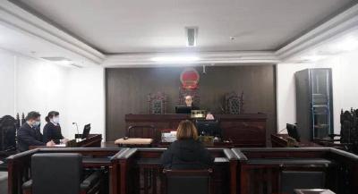 女子三楼扔下两把菜刀,一审获刑半年