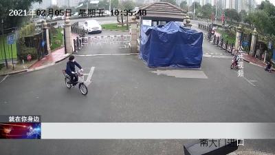 宁波:小区门口男童突然窜出  遭车碾轧