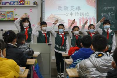 开学第一课,武汉小学生这样向英雄致敬