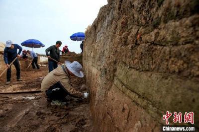 襄阳凤凰咀遗址发掘出一段古城墙和护城河