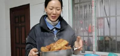 农村媳妇把猪皮用卤料卤制一下,满满的胶原蛋白,这样吃过瘾