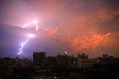 注意了,今夜大雨又来袭,还需小心雷电天气……