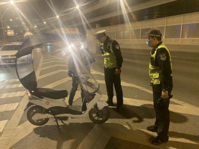 电动自行车违禁通行桥隧 江汉交警严厉查处除隐患
