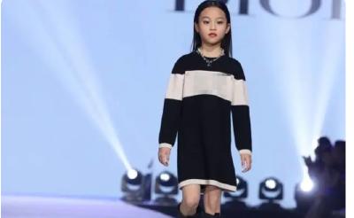 甜馨首次登台走秀,颇具超模范儿,李小璐台下观看女儿表演!