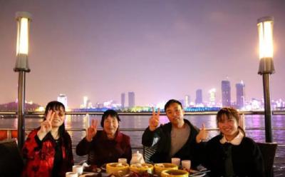 边吃小龙虾边看灯光秀!武汉两江游览16日开通晚茶航班