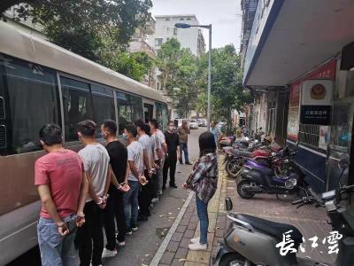 """奔袭千里缉捕9名嫌疑人 洪湖警方成功破获跨省""""电诈""""案"""