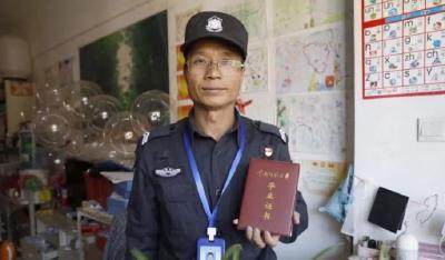 世界读书日,请看47岁的保安大叔如何用读书改变人生