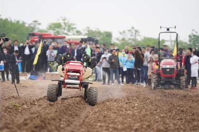 湖北首届新型农机设备田间展 智能化农机成亮点