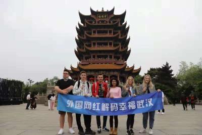吃雪糕、赏美景、写汉字……外国网红组团登黄鹤楼为武汉加油!