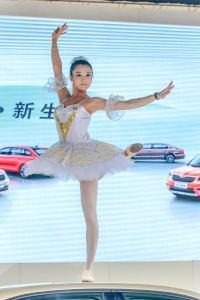 """特斯拉维权事件后,东风标致汽车在展区推出""""车顶芭蕾""""项目"""