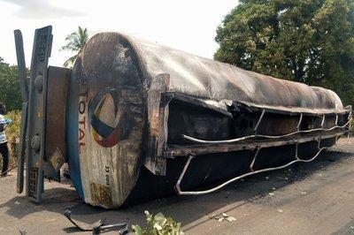 尼日利亚一辆油罐车爆炸造成至少12人死亡