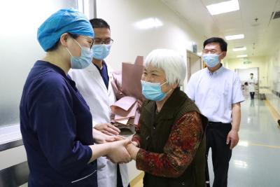 """""""我想记住你们口罩背后的面容"""" 新冠肺炎康复患者专程回医院致谢护士"""