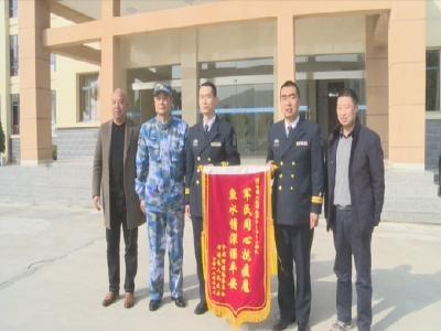河鋪鎮向海軍某部駐我縣部隊贈送錦旗