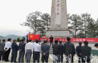 """烈士紀念碑下的""""紅色故事會"""""""