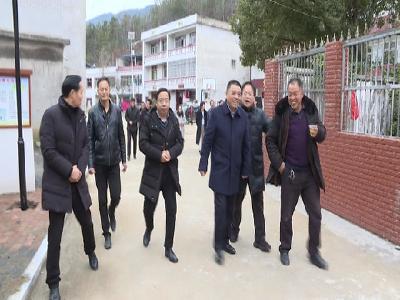 汪柏坤慰問村干部、困難黨員、困難群眾和困難職工