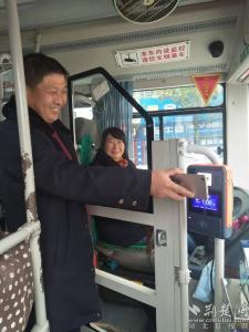 """羅田市民新年收民生""""紅包"""" 全線公交實現智能支付"""