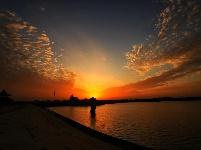 《彩霞辉映金沙湖》