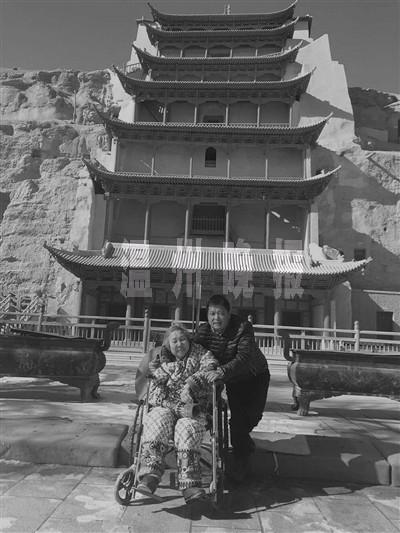 男子推轮椅带母亲出游 20年走遍大半个中国(图)