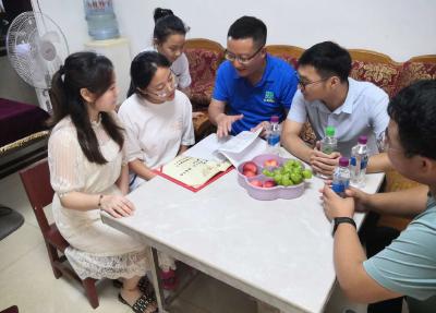 """房县思源实验学校:暑期家访送两""""书""""  架起家校同心桥"""