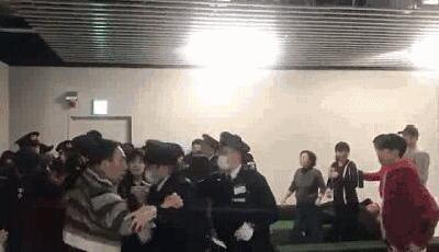 """中国游客国外机场""""维权""""频发 评论:祖国不是背锅侠"""