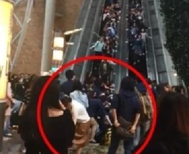 """香港""""通天扶梯""""倒行18人受伤 商场书面回应"""