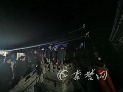 """大年初一武当山游客破2万 数百人摸黑登金顶抢烧""""头香"""""""