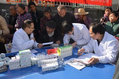 縣人民醫院為貧困村舉行大型義診