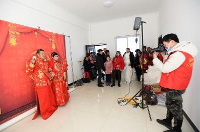 市老齡委免費為懸鼓洲村老人拍攝婚紗紀念照