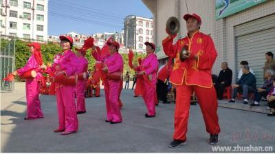 城关镇东门阳光艺术团:唱响红歌迎国庆