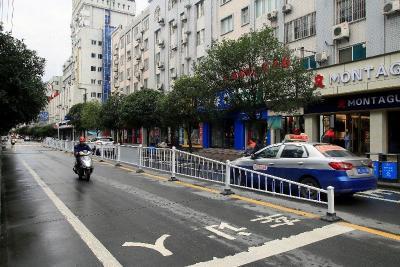 竹山县城安装隔离防护拦保畅通