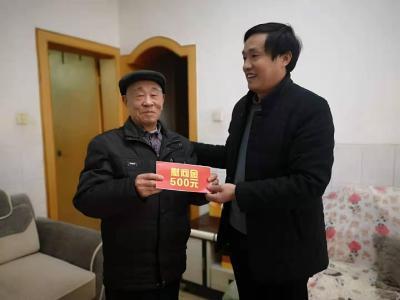县退役军人事务局:慰问军属 悬挂光荣牌