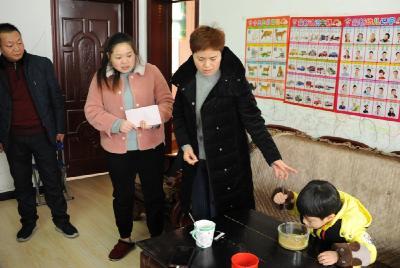 县领导春节前走访慰问残疾儿童
