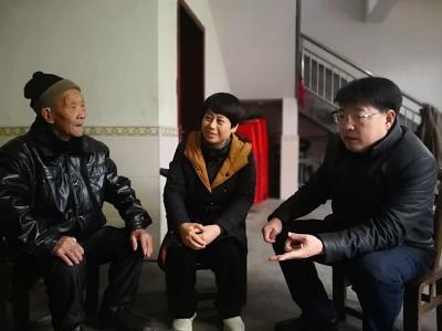 胡志莉来我县走访慰问特困党员、老党员